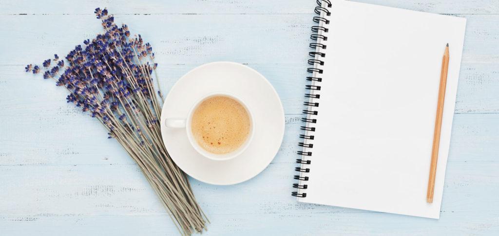 Konferens Skräddaröd B&B – anteckningsblock, kaffe och lavendelbukett